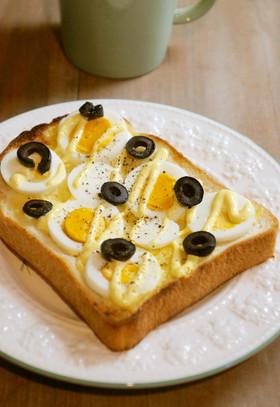 ゆで卵と塩漬けオリーブのトースト画像